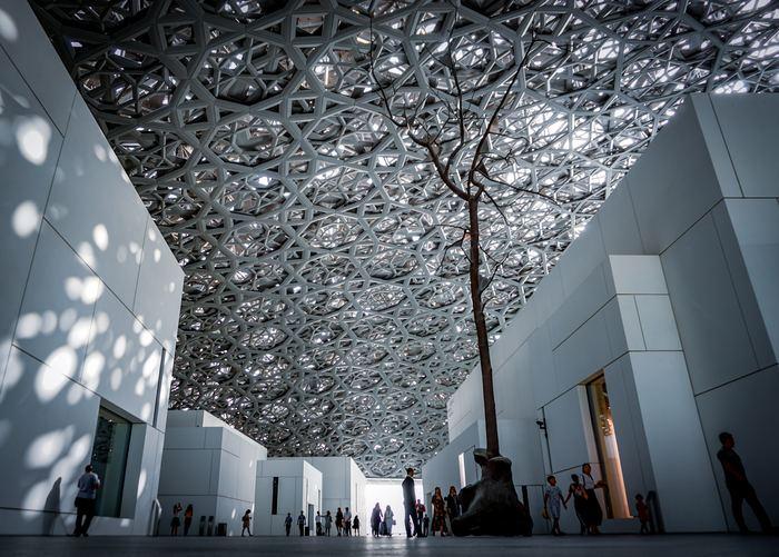 2017年にアラブ首長国連邦のアブダビに建立された、ルーブル美術館別館の初の海外の美術館です。建築はパリの建築家ジャン・ヌーヴェル氏によるもの。アラビア調の幾何学的な模様が一面に配された天井と、イスラム教のモスクを思わせるドーム型の屋根が特徴的です。