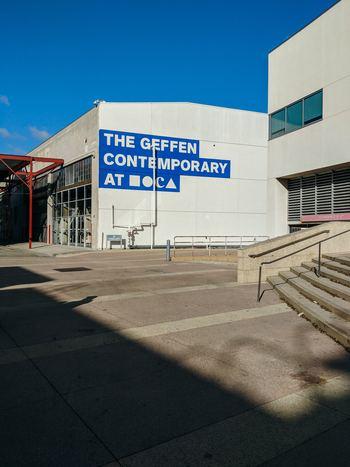 ロサンゼルスのダウンタウンにある、ゲフィン現代美術館。元倉庫を建築界の巨匠である、フランク・O・ゲーリーが改装した建物。