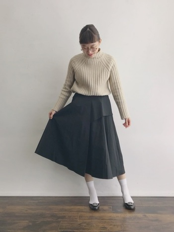 いつもニット+スカート+タイツのあなたは、まずソックスに変えてみてはいかがでしょうか?プレッピーな雰囲気とレトロ感が程よくミックスされて、すっきり可愛らしくまとまります。