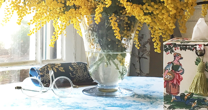 いかがでしたでしょうか。知れば知るほど、トワル・ド・ジュイの魅力は深まります。お気に入りのジュイの布を見つけたら手にとって、絵画を鑑賞するようにその美しさを堪能してみましょう。そしてぜひ、あなたのライフスタイルに取り入れてみてください。200年以上も人々に愛されてきた布ですから、そのシックな美しさは永遠であり、そして格別なものなのです。