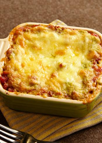 ソースが主役のラザニア料理は、ひと味ちがったソースを作ってみて。ミートソースには野菜をたっぷりすりおろし、ホワイトソースの代わりには、アボカドとクリームチーズをあわせてヘルシーに。たっぷりの旨みを楽しめる一品です。