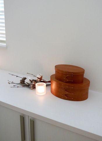 「KiVi(キビ)」のキャンドルホルダーは、キャンドルの光を際立たせるばかりか、火を灯さなくても、置いておくだけで絵になります。  シェーカーボックスの中には、アロマソイキャンドルを収納。消臭効果も期待できるため、お掃除後に灯しておくのもおすすめです。