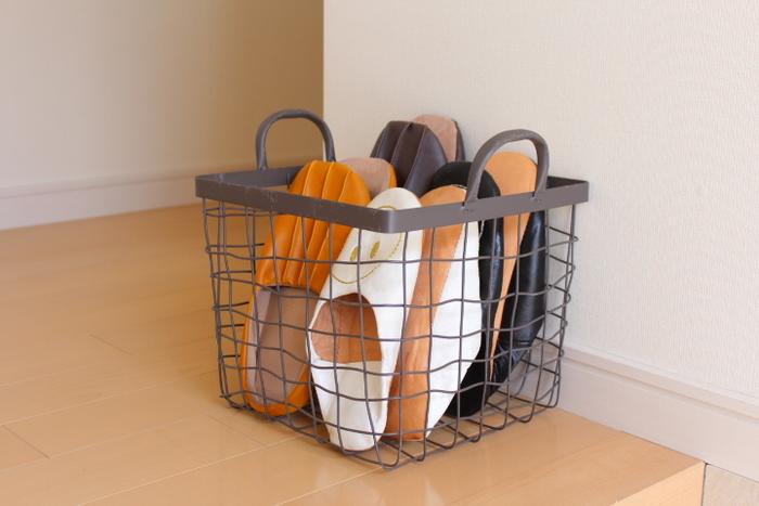 ワイヤーバスケットに収納すれば、持ち運びできるので便利です。普段は別の場所に保管しておいて、来客の予定があるときだけ玄関に移動するのも◎ 透け感があるので、見た目が軽やかで風通しがいいのもおすすめです。