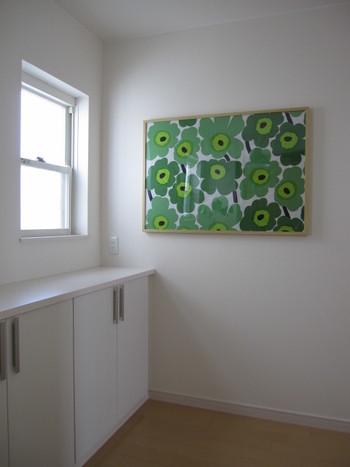 マリメッコのファブリックを飾れば、玄関を通るたびにテンションアップ♪カラーを変えれば雰囲気をチェンジできるので、季節に応じて取り替えするのもおすすめです。
