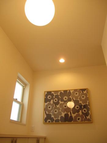 照明を利用するのも、玄関を素敵に彩る方法です。味気ないランプを替えるだけで、おしゃれな雰囲気を演出できます。寝室で使っていた照明を玄関に利用して、ほのかな灯りを楽しめる幻想的な空間に。