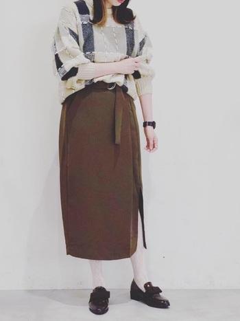 ロングタイトのスカートに柄物のタイツとリボンデザインのローファーを合わせたコーデ。 スカートのスリットからチラッとのぞく白のレースとリボンが女性らしく、愛らしい雰囲気をも醸し出しています。
