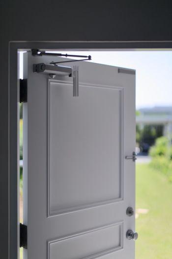 視覚や嗅覚だけでなく、聴覚も癒しのポイント。玄関にチャイムを取りつければ、開閉するたびに心地いい音色が響き渡ります。家族が帰宅したことが音で分かるのも、おすすめのポイントです。