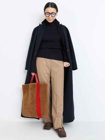 そのままでも、かかとを踏んでスリッポン風にも履ける2WAYのビットローファーを、ワイドパンツに合わせて。  メンズライクな着こなしなのに、ローファーにあしらわれたベロアとゴールドのビットが、女性らしいエッセンスを加えています。