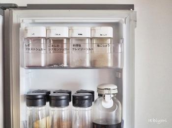 見た目だけでは何だったのかピンとこない調味料も、ラベリングすれば一目瞭然に。容器でなく冷蔵庫自体にラベリングすると、収納時も便利です。