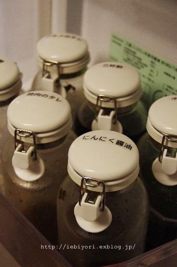 保存容器のフタにラベリングすれば、目線より低い位置に収納しても分かりやすいのでおすすめ。冷蔵庫から取り出して食卓でそのまま使う「焼き肉のタレ」や「にんにく醤油」などは、見やすいようフタにラベリング。