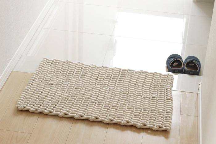 太いロープ編みの玄関マットで、ナチュラルな雰囲気に。踏み心地の気持よさも、玄関マット選びに大切なポイントです。マットがズレてしまうなら、すべり止めシートを敷いておきましょう。