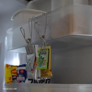 引っかけられる無印のワイヤークリップがあれば、数種類の小袋をまとめて収納できます。冷蔵庫内で利用するだけでなく、キッチンでふきんをかけたり、ビニール袋をかけられたりするので、お家にあれば役立つこと間違いなし♪