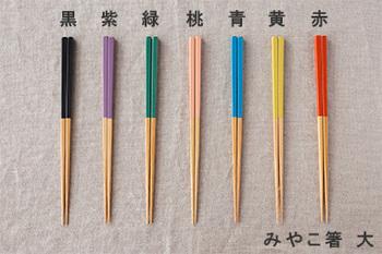 鮮やかな色合いが気持ちをパッと明るくさせてくれるお箸たちです。相手の好きそうな色合いをイメージしてながら選びたい。