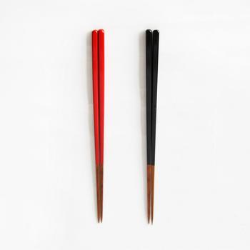 竹で作られたお箸は、軽さ魅力です。全体を染めず、持ち手を漆塗りしてツートンのようなデザインが特徴的です。