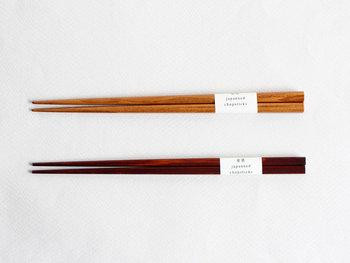 あすなろとひのきで作られたお箸は、木の風合いが楽しめます。漆塗りで仕上げてあるから、長く使い続けられます。