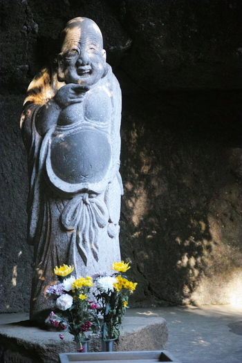 浄智寺には知恵と福徳円満の人を作ると言われている「布袋尊」が祀られています。ユーモアなお顔はみていて飽きません。お腹を撫でると元気がもらえると言われており、そのお腹は皆に愛され撫でられすべすべになっています。