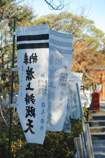たなびく数々の旗の先にある「旗上弁財天」は芸能成就の福神様。源氏池の水面がキラキラ美しくなんだかタイムスリップしたような錯覚に陥ります。