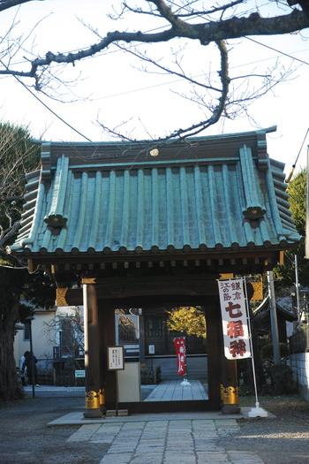 宝戒寺を後にして本覚寺、鎌倉駅方面に向かう途中に位置する「妙隆寺」。なんだか優しい空気に包まれている不思議なお寺です。