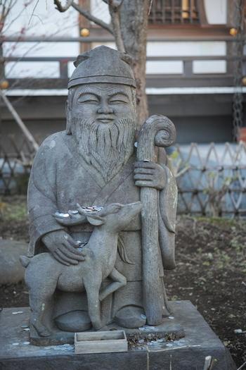 それもそのはず。妙隆寺の中にはこんなに優しい笑顔で佇む七福神の「寿老人」の姿があります。寿老人は人々の安全と健康、そして長寿を司る福神です。なんだか守られているそんな不思議な気分を与えてくれます。