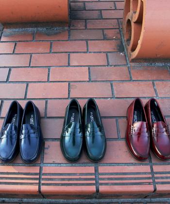 ローファーの起源を知っていますか?  ウィキペディアによると世界初のローファーについては諸説あり、ロンドンのオーダーメードシューズ店として名高いワイルドスミス(Wildsmith)社において、1926年に王室や上流階級へのカントリー調の室内靴として作成されたのがはじまりともいわれています。