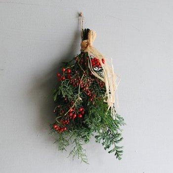 「赤いベリーのスワッグ」は香り高い針葉樹やユーカリをベースに、サンキライや野ばらの実など、ぷっくりツヤツヤした赤い実が可愛らしい。たっぷりの実物が気持ちを豊かにし、クリスマスの高揚感をより一層高めてくれます。