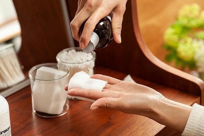 ふき取り化粧水は、名前の通り肌の汚れや余分な角質を拭き取るための化粧水です。洗顔後、落としきれなかった汚れをふき取り化粧水でクリアにしておくことで、そのあとに使う化粧水や美容液などがより浸透しやすくなります。お肌に摩擦の負担がかからないよう、ひたひたになるくらいたっぷりの化粧水をしみ込ませたコットンを優しく滑らせるのがコツ。オイルやクリームでマッサージした後の拭き取りに使えば、保湿感をキープしたもっちり肌に仕上がります。