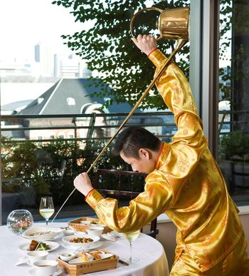 ジャスミン、紅なつめ、百合根、龍眼、菊花、クコ、クルミが入った八宝茶を注ぐ茶芸は必見!大胆なパフォーマンスにたくさんの視線が集まります。
