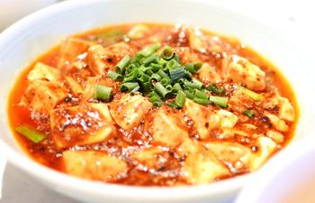 ランチタイムなら名物料理である麻婆豆腐をお得なセットで食べることができます。ほかにも、お好みの麺やご飯ものをチョイスできるランチセットや点心のついたレディースセットなども人気があります。