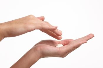 メイクとの馴染みをよくするため、クレンジング料は手のひらで温めておきます。指でクルクルとかき混ぜ、人肌くらいに温まったら顔にON。