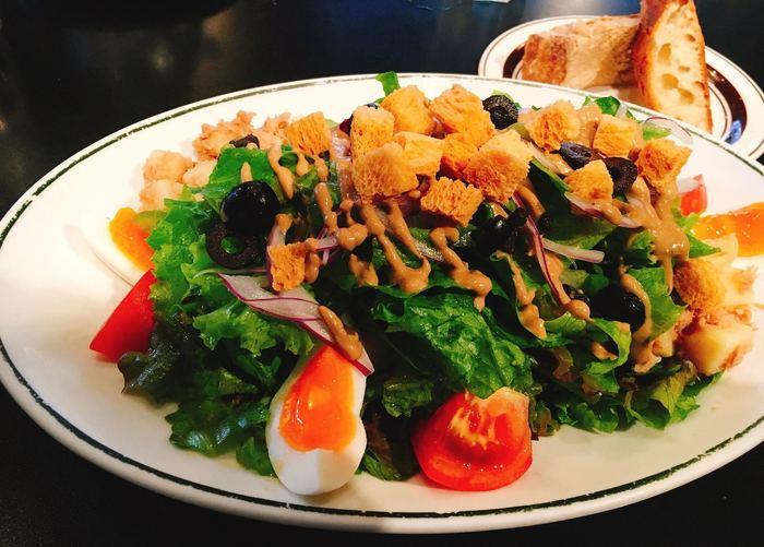 どのお料理も美味しいのですが、サラダランチのニース風サラダはとくにおすすめ。ベーシックなラインナップのパンとも相性抜群で、ヘルシーにお腹がいっぱいになります。お野菜大好きな女子同士のランチにもいいですね。