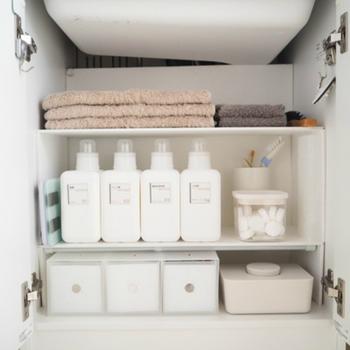 洗面台下は洗面所兼脱衣所の貴重な収納スペースです。配管があって使いにくい場所でもありますが、コの字ラックなどで仕切ると、見違えるように使いやすくなります。ピッタリサイズのものがない場合は簡単DIYがおすすめ。ボンドで板をつなげるだけなら、DIYが苦手な方でもできそうですよね。