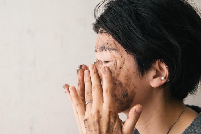 使い方は、固形の粘土にぬるま湯を注いで柔らかくし、お肌に優しく伸ばしていくだけです。顔だけでなく、髪やボディなど全身に使えますよ。洗い上がりはふっくらしっとり。キメが整って、お肌もワントーン明るくなります。