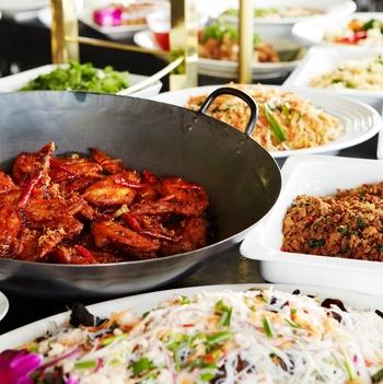 ランチタイムには日本人にも食べやすいようにアレンジされたタイ料理の数々がブッフェでいただけます。バラエティに富んだお味なので飽きることなく、お腹いっぱいになるまで食べられます。