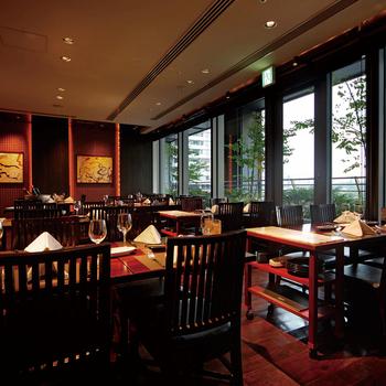 新丸ビルの6階にあるこちらのお店。リーズナブルな平日ランチも美味しいのですが、土日限定のシュラスコメニューとサラダバー、デザートバーが食べ放題になるランチも人気があります。シュラスコ料理は、ブラジルで人気のバーベキュー料理のこと。