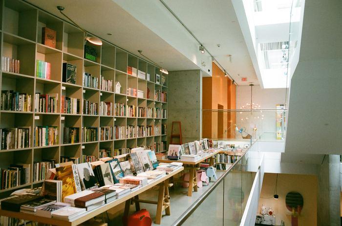 ミュージアムショップには、アート関係のブックがたくさんラインナップされています。新しいアーティストや作品との出会いもあるかもしれません。