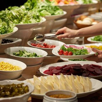 種類豊富なサラダバーは、美味しすぎて、多くの人が食べすぎてしまうそう。お肉が入らなくなってしまうので、バランス良くいただきたいですね。