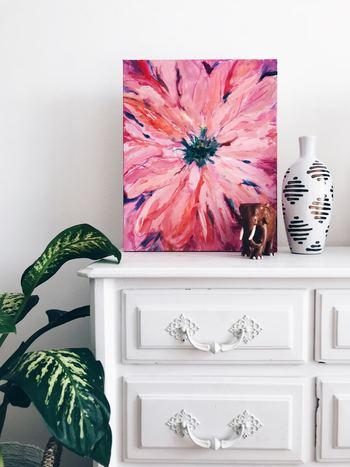 アートを置くと、部屋の雰囲気が一気に変わります。