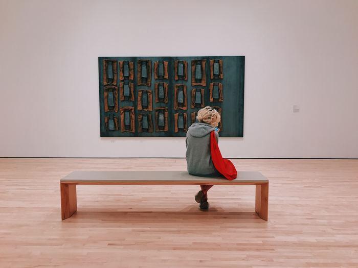 作品を近くで見るのと、少し離れてみるのでは違った見え方になる場合もあります。作品の目の前に椅子があるときは、座ってゆっくりみてくださいね、というサインかもしれません。