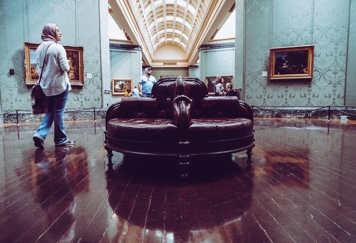 美術館の雰囲気にぴったりの、作品の一部かのようなソファです。椅子に座って休み休み、たっぷり時間を使って作品とその作品を取り囲む空気感を味わいましょう。