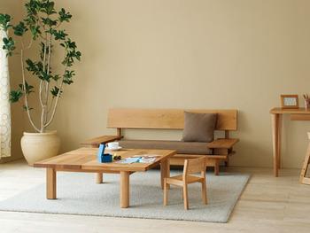 飛騨産業は、岐阜県高山市に本社を置く老舗家具メーカーです。こちらは人気の「森のことば」シリーズ。自然の造形美をそのまま活かした匠の技術につい見入ってしまいます。  家具の耐久箇所(木部)について、購入時から10年間無償で修理してくれるそう。安心して長く使い続けることができますね。