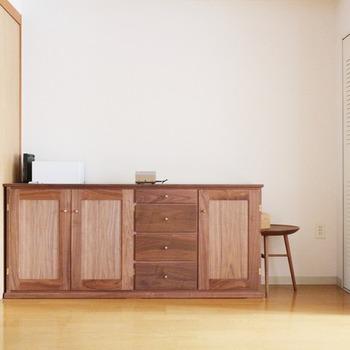 広松木工は、福岡県大川市で創業した家具メーカー。シンプルで機能的、かつ時代に左右されない美しいデザインが特徴です。家具だけでなく、生活雑貨や木のおもちゃなど、私たちの暮らしに寄り添う幅広いアイテムを手掛けています。 「家具は、家族の道具」、そんな思いで日々、家具を製作しているそう。作り手さんのあたたかい想いのもと、一つひとつ丁寧につくられたものは人を魅了し、そして長い年月を経て使いこむほどに味わいを増してゆきます。