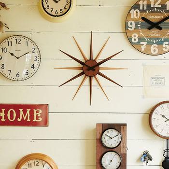 ミッドセンチュリー時計をイメージした掛け時計も雑貨屋さんでたまに見かけます。モダンなデザインですね。