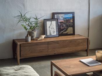 富士ファニチャーは徳島の家具メーカー。日本屈指の高い成型合板技術力を誇り、無垢材では表現するのが難しい、木目が途切れることなく美しくつながったデザインの家具づくりでも有名です。