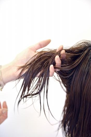 トリートメント剤は頭皮につくと毛穴に詰まってしまいます。シャンプーで毛穴の汚れをとったところにトリートメントが詰まると、薄毛や抜け毛につながることも。髪の中間から毛先にだけトリートメントをしましょう。