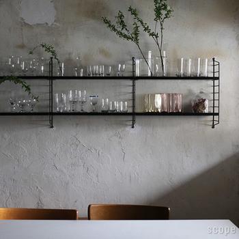 キッチンをまるでカフェのように見せてくれる、ウォールシェルフを活用した見せる収納。「ガラスのもの」「カップ&ソーサー」「キッチン家電」など、種類やサイズ、色味を揃えることで整理された「コレクション」の印象になります。