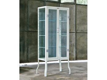 食器やオブジェなど大きめのものは、思い切ってガラスのコレクションケースに収めて。こちらは医療用キャビネットをモチーフとしてデザインされた全面ガラス張りのキャビネット。シンプルでレトロなフォルムが素敵です。