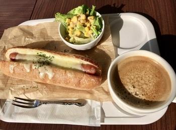 『モーニングセット』(チーズホットドッグ、サラダ、ホットコーヒー)。