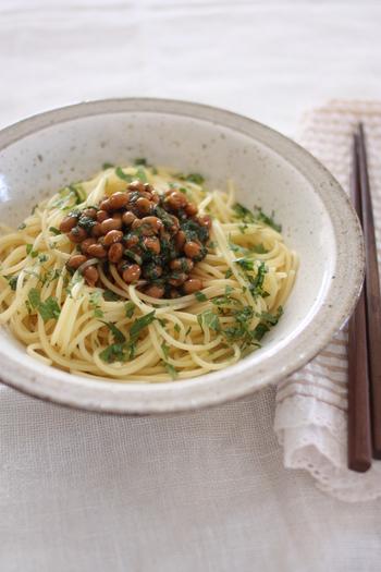 シソと納豆を混ぜ合わせ茹でたパスタと混ぜるだけ。最後にオリーブオイルを回しかけてさらに美味しさアップ♪