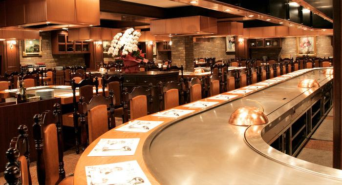 厳選された神戸ビーフを食べられることで人気の「ステーキランド神戸館」。 店内はとても広く、一部カウンター席になっているので目の前で焼いてもらうこともできます。いつ行っても大行列になっているので、すぐに入りたいという方は事前に予約して行くのがおすすめです。