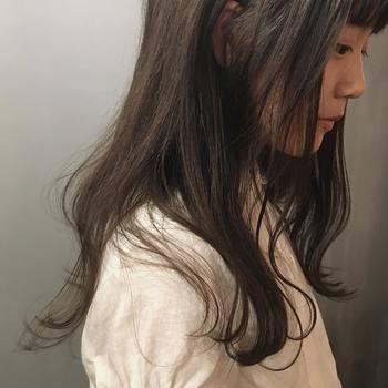 前髪+黒髪だと、少し幼い雰囲気に見えますが、トーンの落ち着いたカラーが印象を際立たせてくれます。